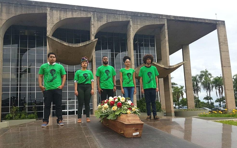 Integrantes da Anisitia Internacional fazem ato pacífico em frente ao Ministério da Justiça pela redução da morte de negros no Brasil (Foto: Marina Oliveira/G1)