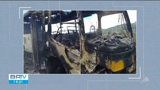 Ônibus escolar fica destruído após incêndio na Bahia; estudantes escaparam por pouco
