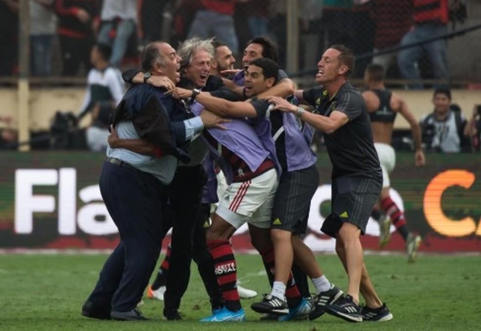 Marcos Braz comemora título com Jorge Jesus no gramado — Foto: Alexandre Vidal / Flamengo