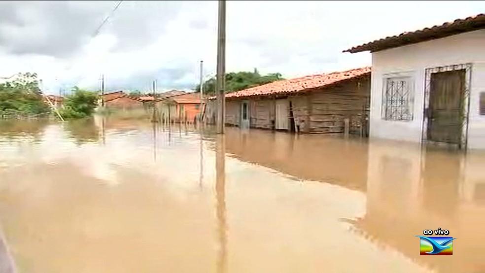 Cheia do Rio Mearim deixa mais de 130 desabrigados em Pedreiras (MA). (Foto: Reprodução/TV Mirante)