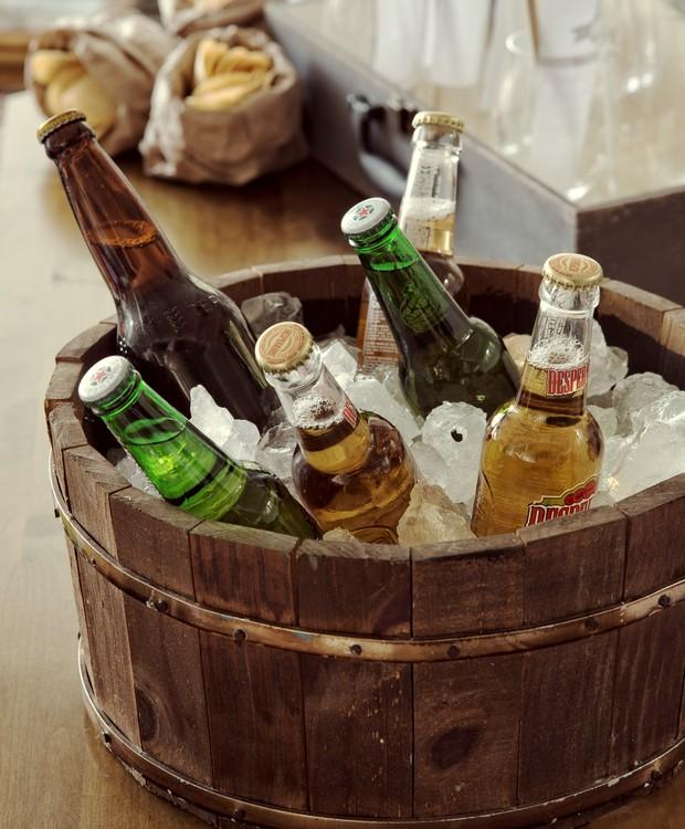 Cervejas dentro da tina de madeira usada como cooler (Foto: Cacá Bratke / Editora Globo)