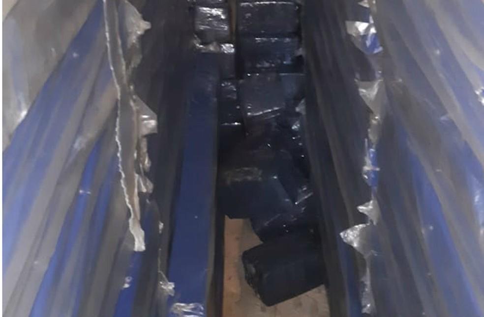 Droga estava escondida no carregamento de colchões  — Foto: Divulgação/PRF