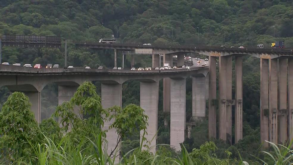 Rodovia dos Imigrantes registra congestionamento no sentido litoral no feriado da Proclamação da República  — Foto: Reprodução/TV Globo