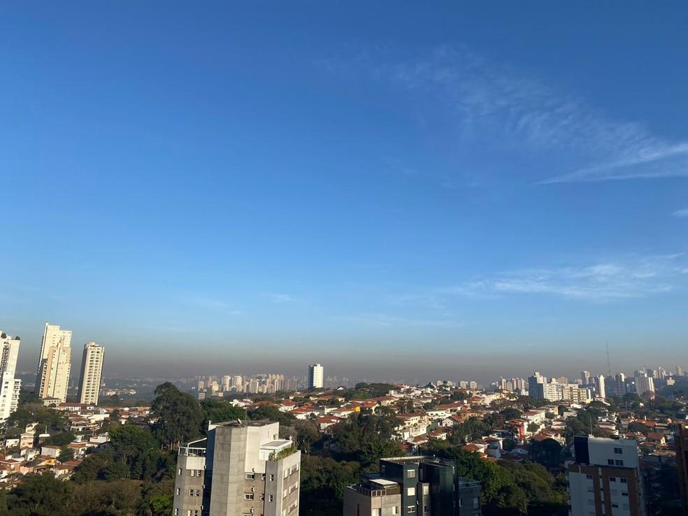 Faixa de poluição amarronzada é causada pela poluição e por causa de fenômeno conhecido como inversão térmica — Foto: Arquivo Pessoal