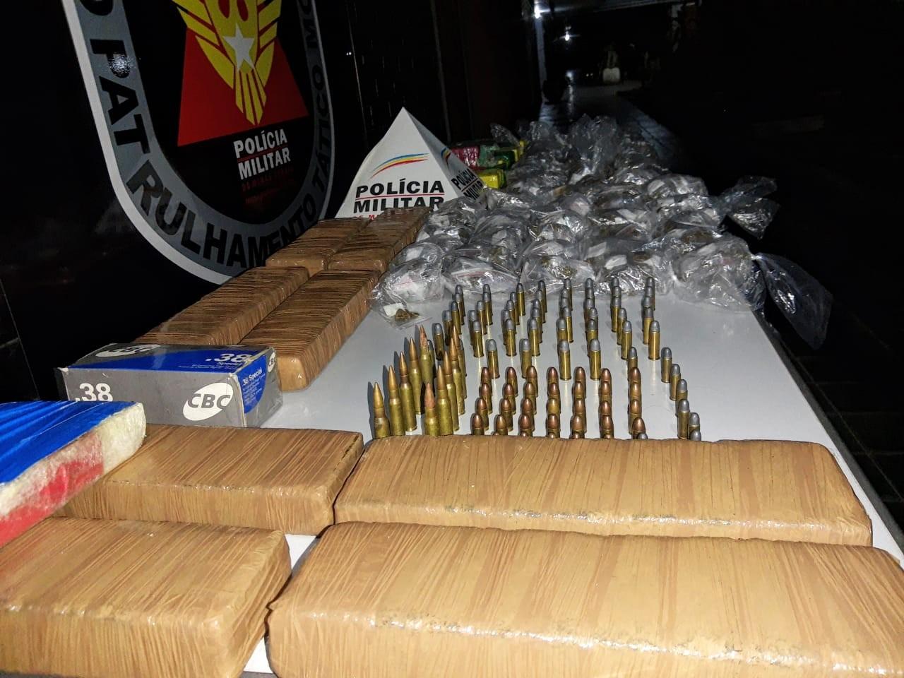PM apreende drogas e até balas de fuzil em ônibus na BR-116; um foi preso e menor detido