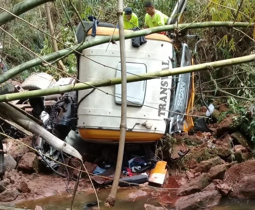 Caminhoneiro foi socorrido com ferimentos leves em Garça — Foto: Corpo de Bombeiros/Divulgação