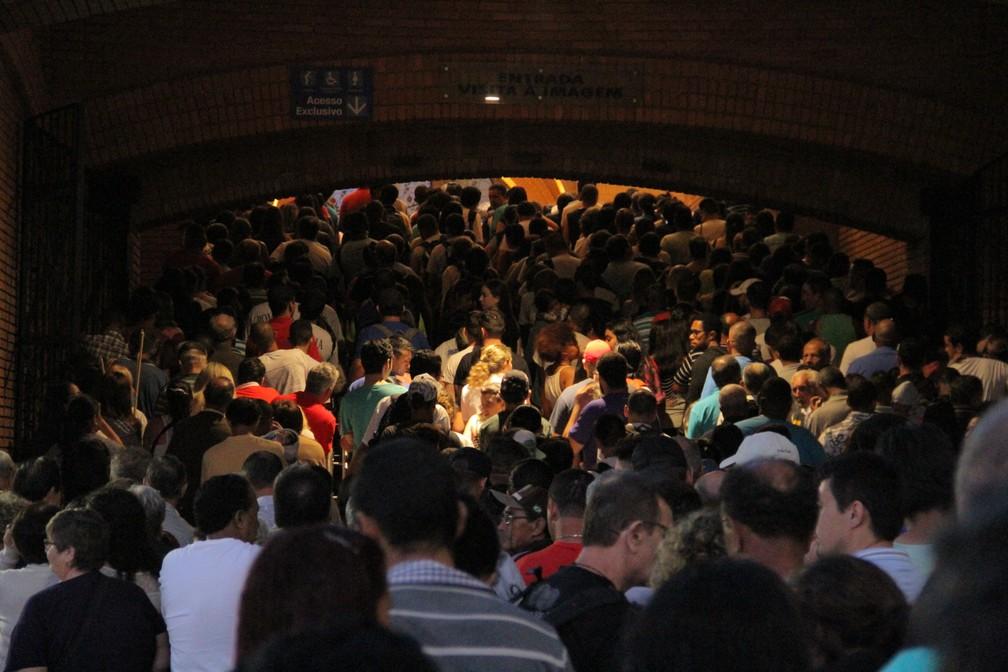 Um dos locais mais visitados, devotos fazem fila para entrada do Nicho da Santa (Foto: Carlos Santos/G1)