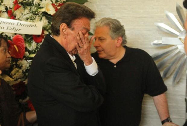 Agnaldo Rayol se emociona ao lado de Daniel D'Angelo, viúvo de Angela Maria (Foto: Amauri Nehn/Brazil News)