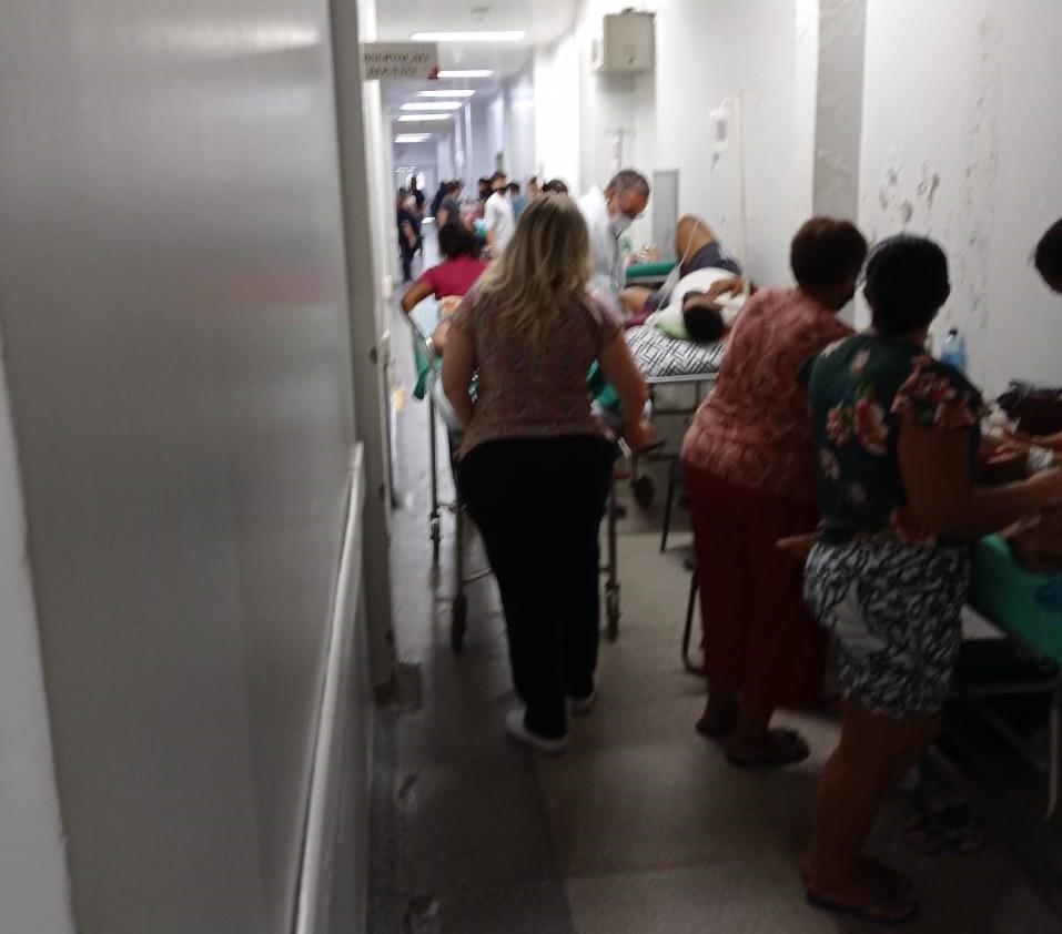 Fotos mostram pacientes em macas em corredor e em meio a reforma de hospital de emergência do Acre