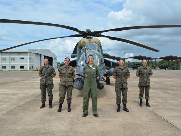 Equipe de manutenção do esquadrão também conta com seis sargentos mulheres (Foto: Ísis Capistrano/ G1)