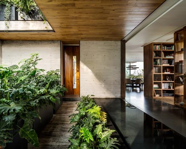 Casa contemporânea se conecta com jardins por todos os ambientes (Foto: Rafael Gamo/Divulgação)