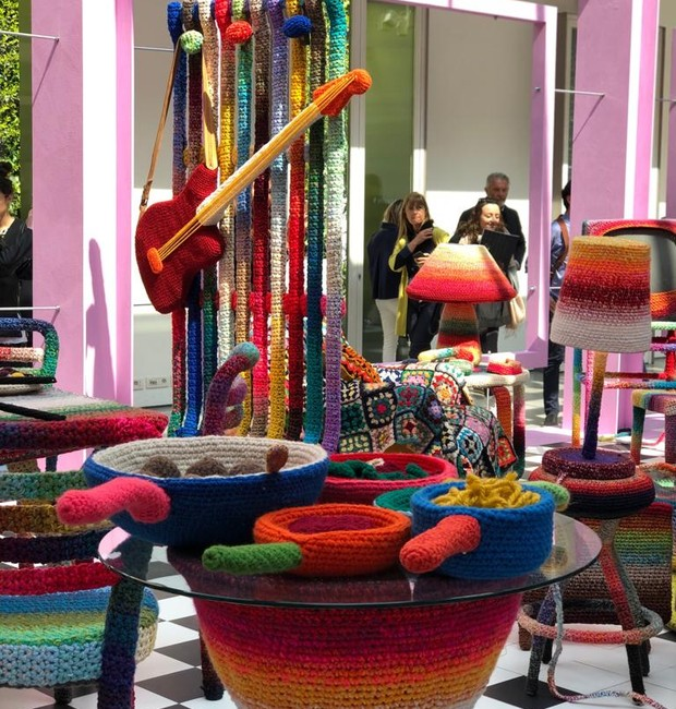 O piso quadriculado e a ousadia nas cores remetem um toque vintage que se une ao tempo atual da exposição (Foto: Casa e Jardim)