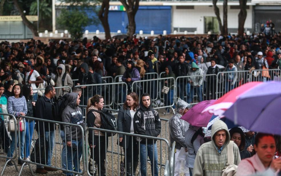 Desempregados faziram fila em mutirão de emprego no Vale do Anhangabaú, Centro de São Paulo — Foto: Werther Santana/Estadão Conteúdo