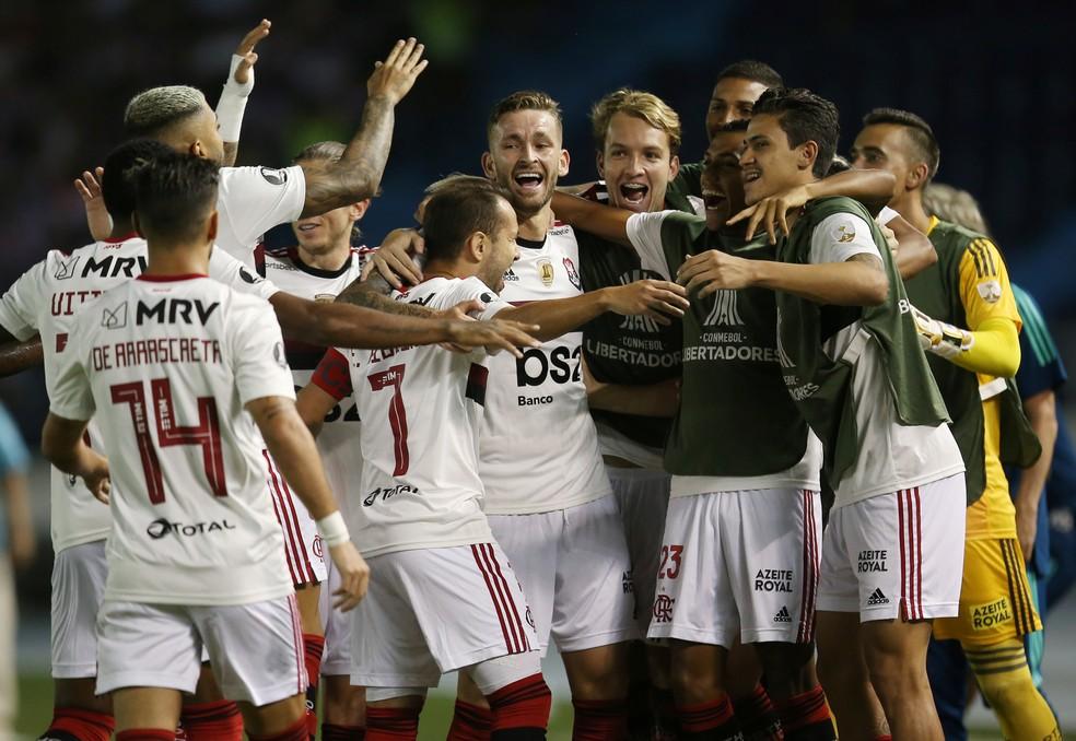 Everton Ribeiro é celebrado pelos companheiros — Foto: REUTERS/Luisa Gonzalez