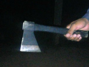 Adolescentes usaram machado para assustar moradores (Foto: Divulgação/Polícia Militar)