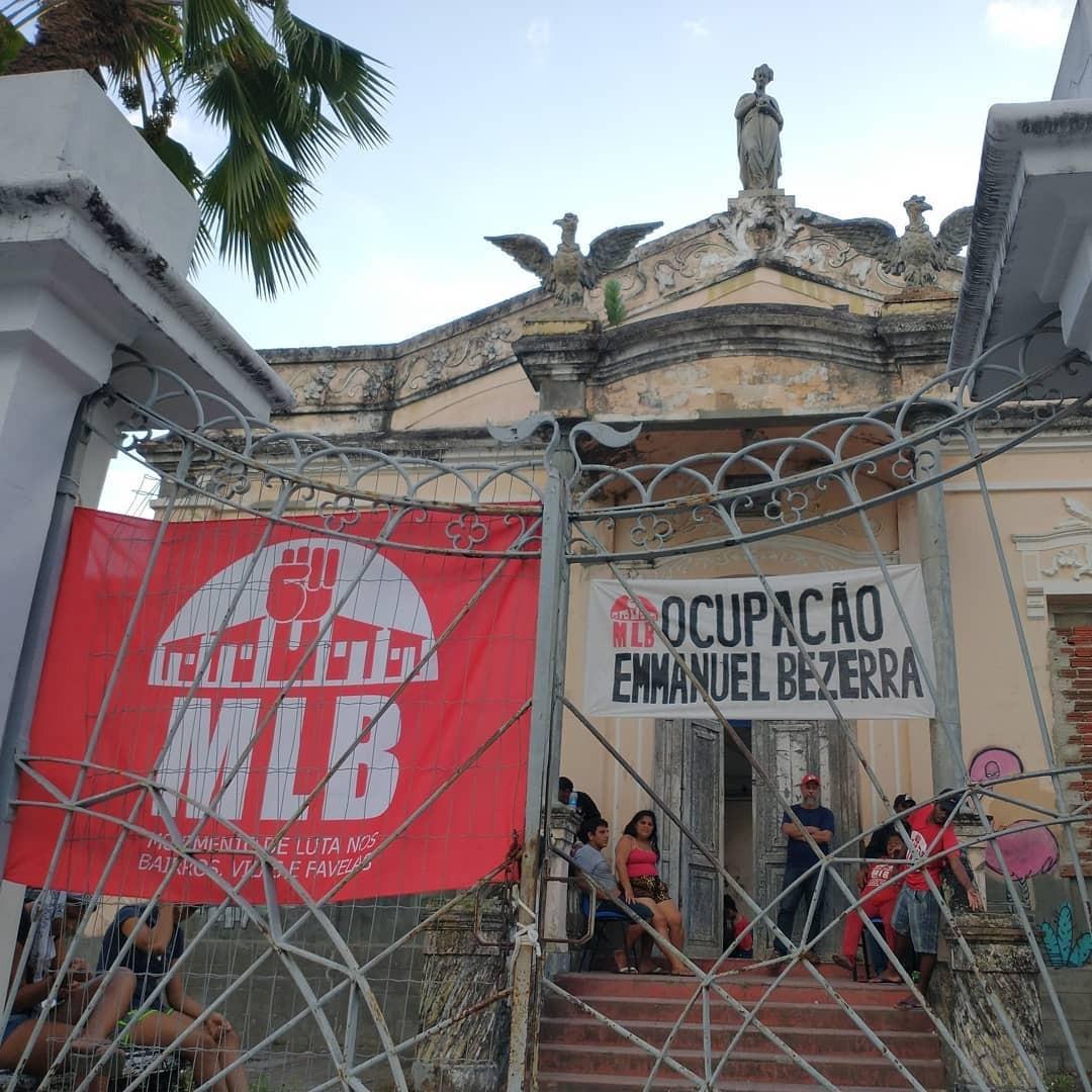 Famílias desabrigadas ocupam prédio histórico da UFRN em Natal