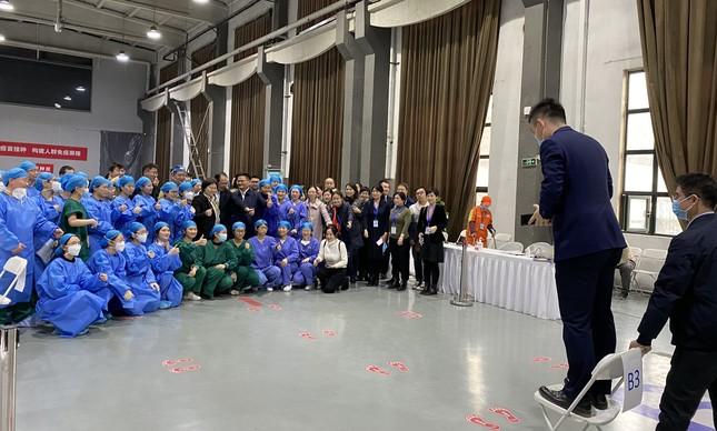 Equipe do centro de vacinação para estrangeiros em Pequim posa para foto
