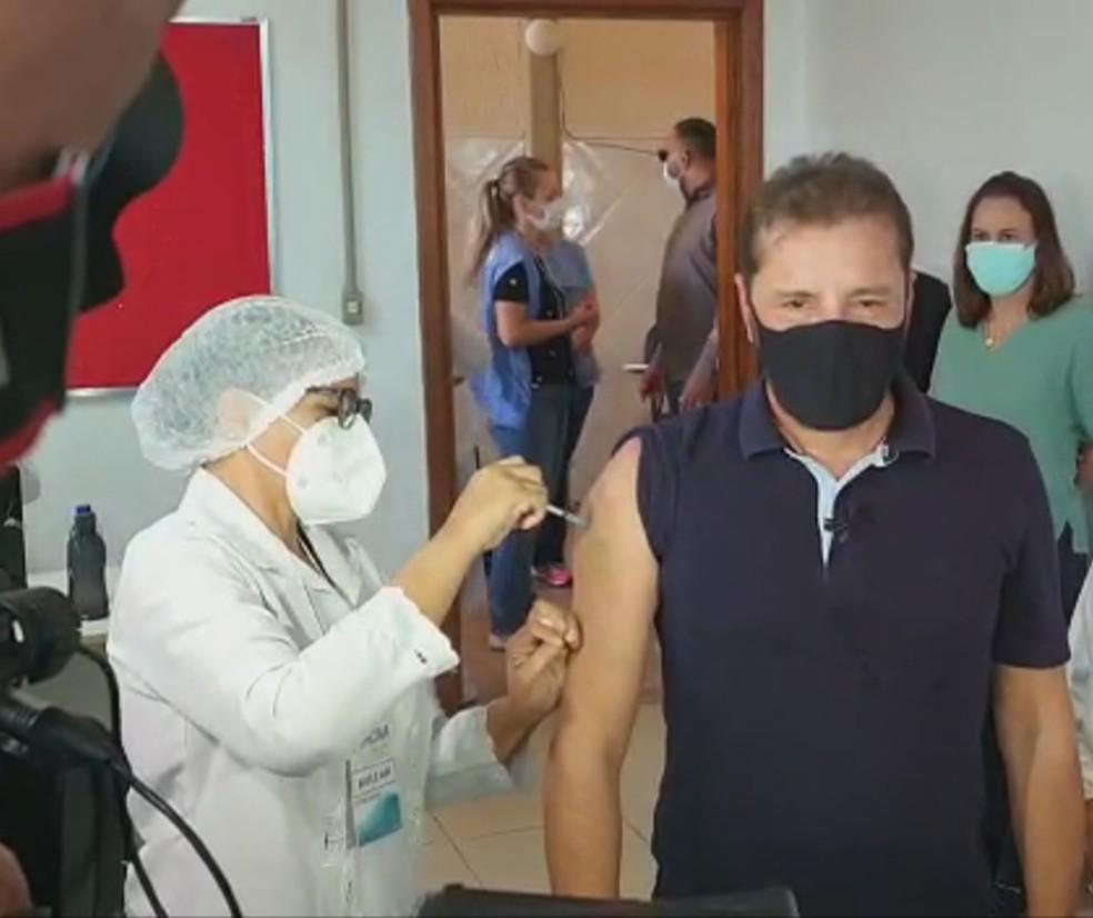 Prefeito Hildon Chaves recebe a primeira dose da vacina contra a Covid-19 em Porto Velho — Foto: Iule Vargas/Rede Amazônica
