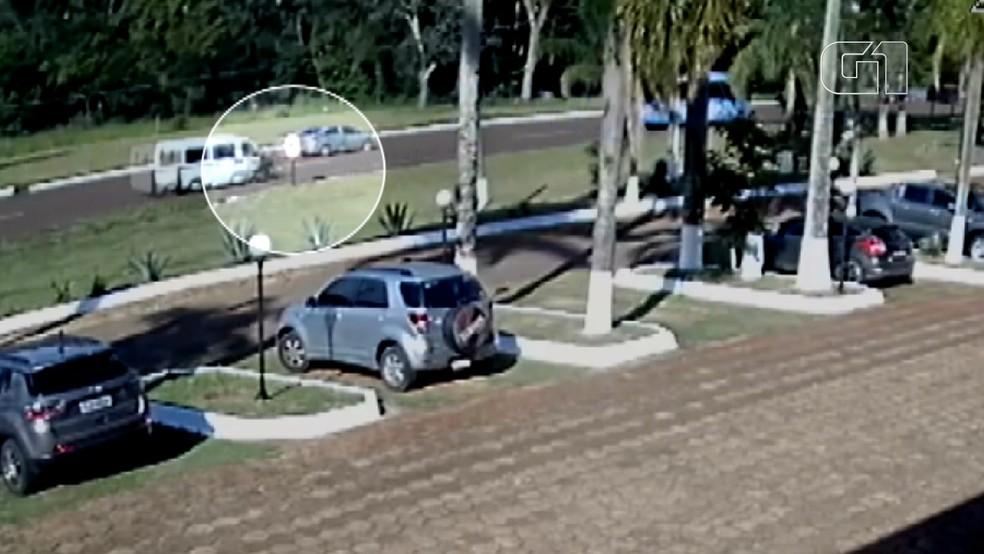 A imagem mostra que o ciclista andava pela contramão no momento do acidente, em Foz do Iguaçu — Foto: Imagens cedidas/Câmera de monitoramento