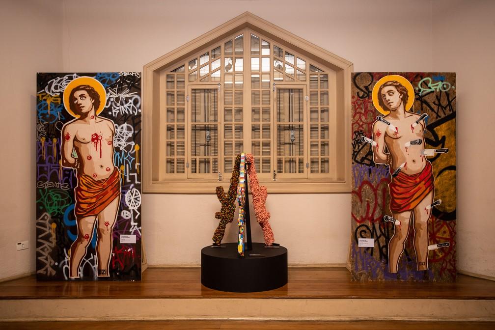 Obras de Ozi na exposição que celebra os 35 anos de sua carreira na arte urbana na Chácara Lane, casarão que integra o complexo do Museu da Cidade de São Paulo — Foto: Fábio Tito/G1
