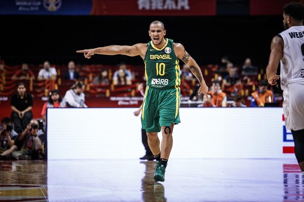 Aos 39 anos, Alex Garcia entrou em quadra no terceiro quarto e mudou a história do jogo — Foto: FIBA