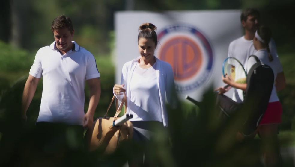 Renzo (Rafael Cardoso) chega ao clube para jogar tênis com Dominique (Guilhermina Guinle) em 'Salve-se Quem Puder' — Foto: Globo