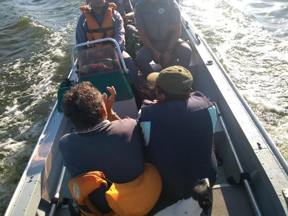 Após ser detido, suspeito foi algemado e levado para delegacia de Ibitinga — Foto: Polícia Ambiental/Divulgação