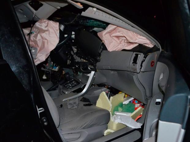 Carro onde família estava ficou destruído em acidente na Bahia (Foto: Weslei Santos/Blog do Sigi Vilares)