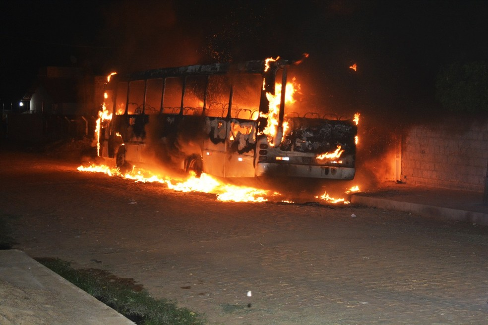Em Mossoró, um ônibus foi destruído pelas chamas no bairro Santa Delmira (Foto: Alcivan Vilar/Fim da Linha)