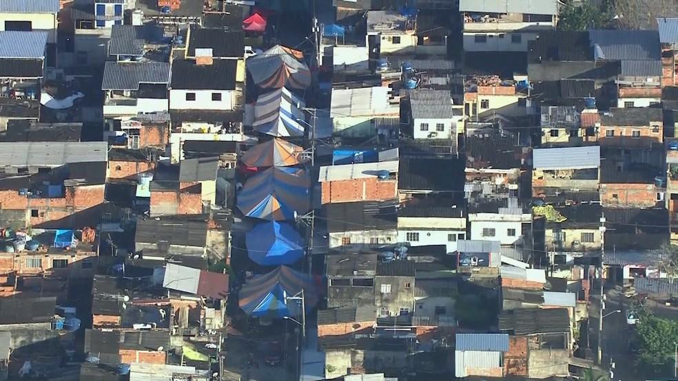 Tendas montadas para baile na Cidade de Deus — Foto: Reprodução/TV Globo