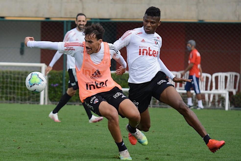 Igor Gomes e Arboleda disputam bola em treino do São Paulo — Foto: Divulgação São Paulo