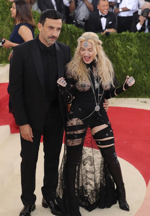 Madonna e Riccardo Tisci no Met Gala de 2016 (Foto: Getty Images)