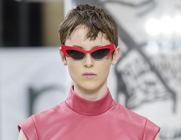 Os óculos de sol 'diferentões' foram destaque nas passarelas gringas (Foto: Imaxtree)