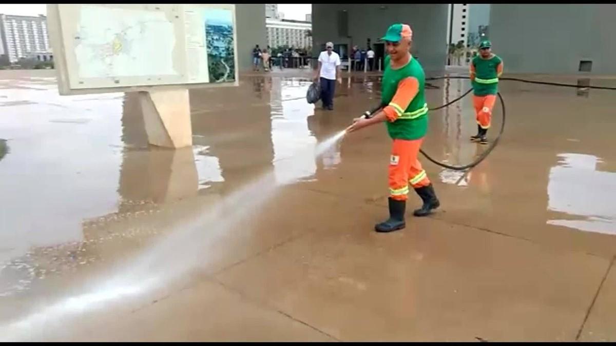 Funcionários do SLU são flagrados lavando chão da Torre de TV no DF
