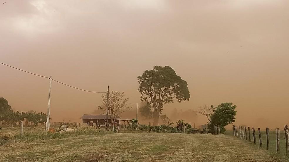 Tempestade de poeira atingiu o bairro Sete Copas, em Indiana (SP), na tarde desta sexta-feira (1º) — Foto: Tiago Rodrigues/TV Fronteira