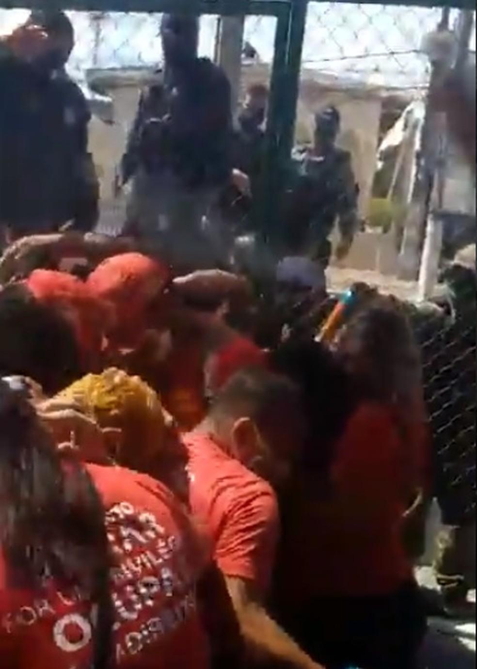 Guarda municipal lança spray de pimenta contra manifestantes do MLB em Natal — Foto: Reprodução