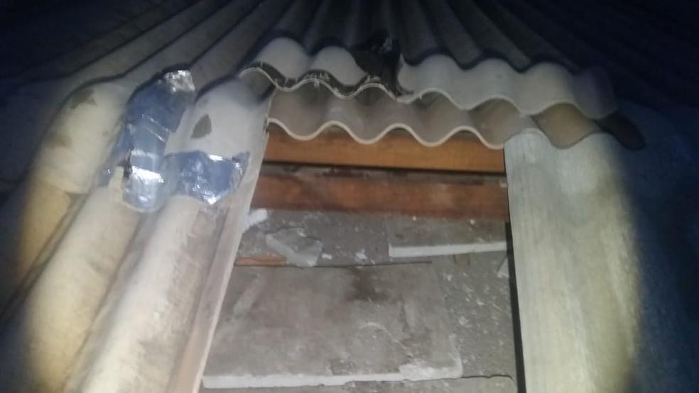 Quando a polícia chegou ao local, os dois suspeitos subiram no telhado da agência. — Foto: TVCA/Reprodução