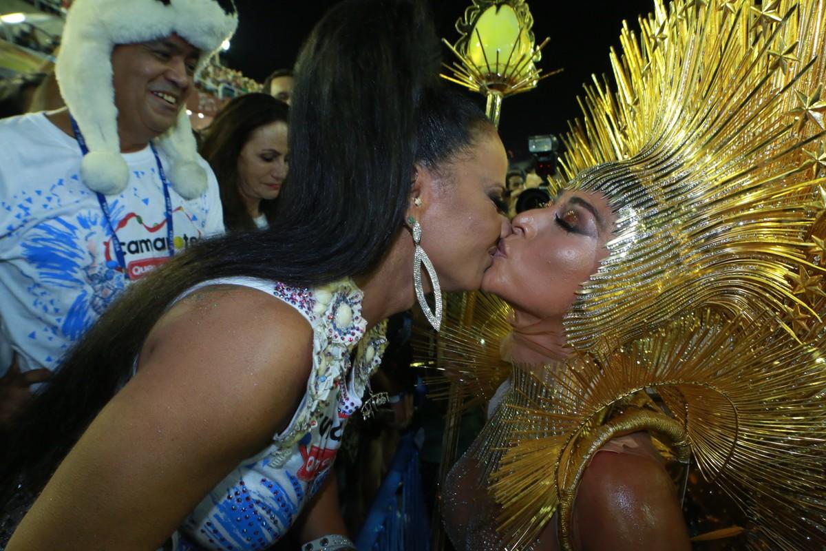 74eb07fc3bbb9 Encontro de rainhas  Viviane Araújo e Sabrina Sato dão selinho na Sapucaí    Carnaval 2018 no Rio de Janeiro   G1