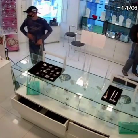 Suspeitos invadem joalheria e roubam dinheiro e relógios, em João Pessoa