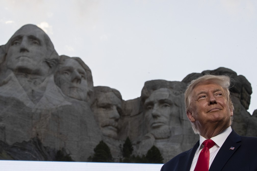 Donald Trump no Memorial Nacional Mount Rushmore, sexta-feira (3), na Dakota do Sul, nos EUA — Foto: Alex Brandon/AP