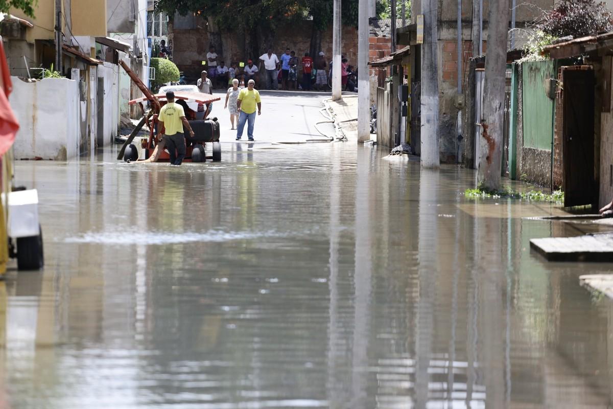 Grupo de emergência atua em pontos críticos de alagamentos em Campos, no RJ