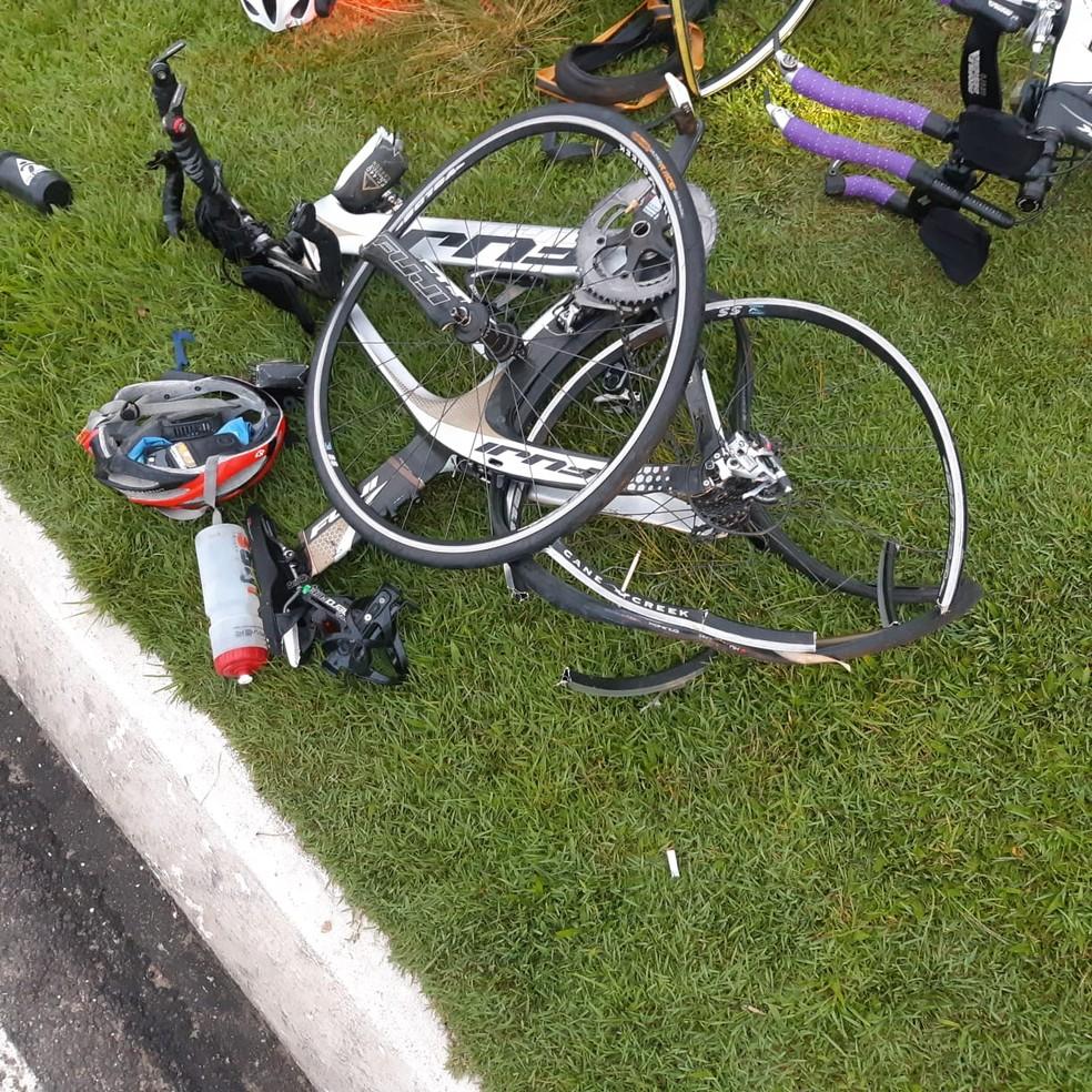 Dos seis ciclistas, cinco foram atingidos e quatro ficaram feridos, conforme a PRF — Foto: Divulgação/PRF