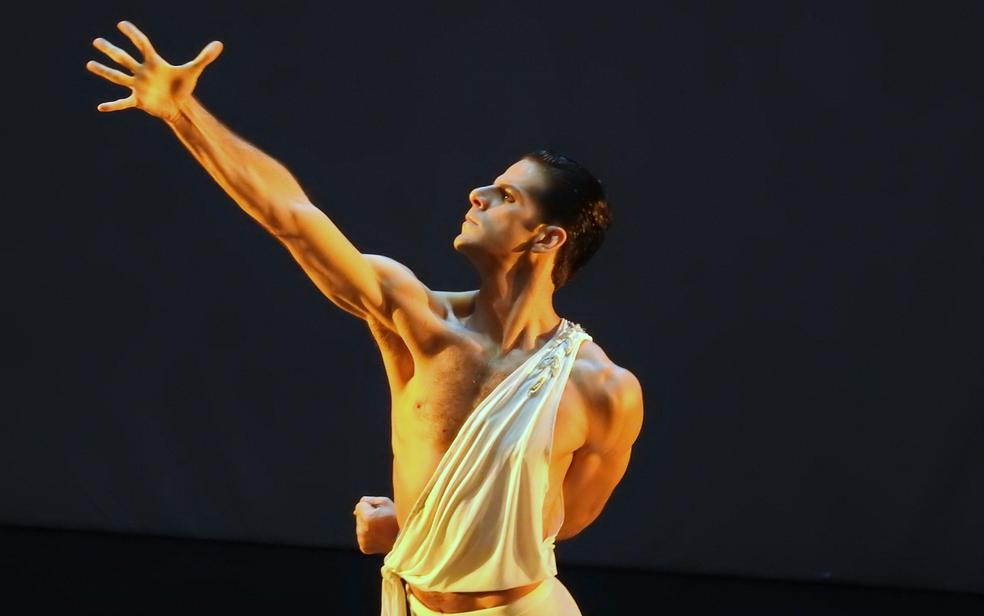 Com direito à casa lotada, o bailarino amazonense Marcelo Mourão Gomes se apresentou no Teatro Amazonas (Foto: Gabriel Machado/G1 AM)