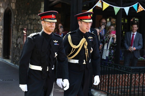 Os príncipes Harry e William vestiram trajes militares (Foto: Getty Images)
