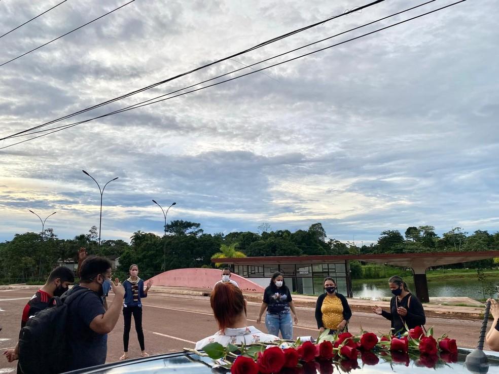 Além de flores, grupo também canta e faz oração nos locais de entrega  — Foto: Arquivo pessoal