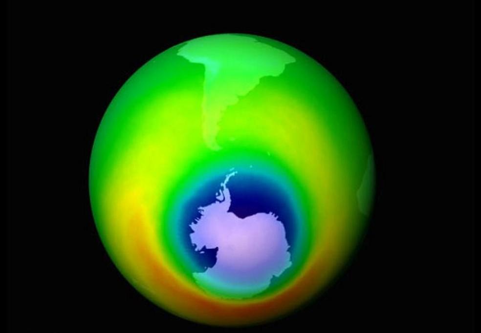 Representação da camada de ozônio,  região protege a Terra dos raios ultravioleta do Sol, que podem causar câncer de pele.  (Foto: AP )