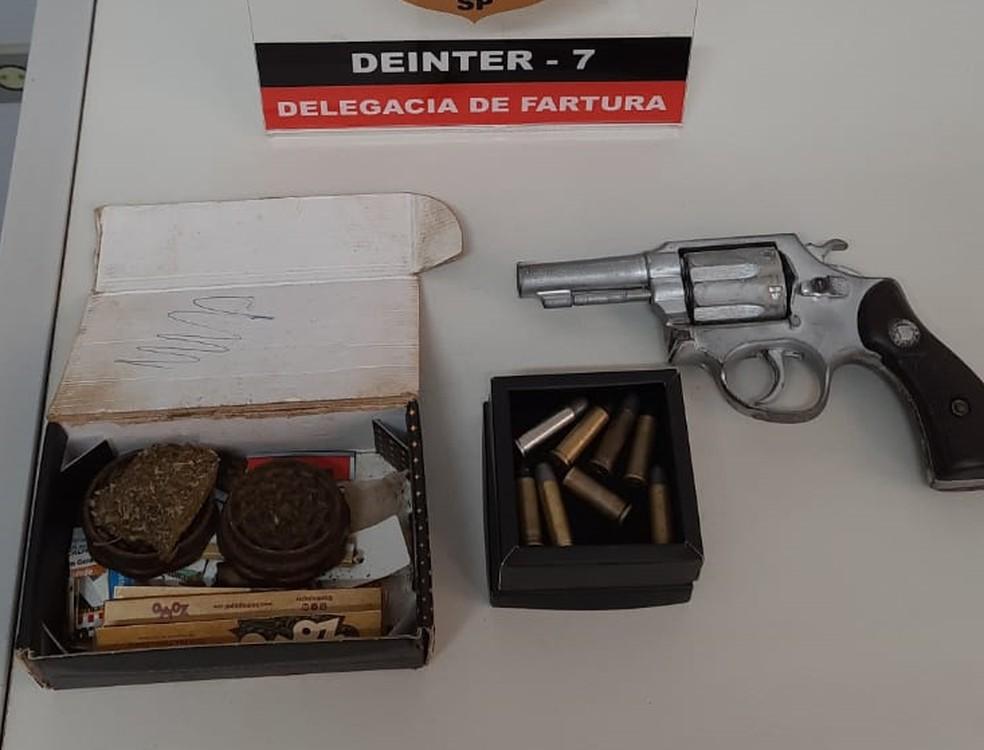 Jovem foi preso por tráfico e porte de arma em Fartura — Foto: Polícia Civil/Divulgação