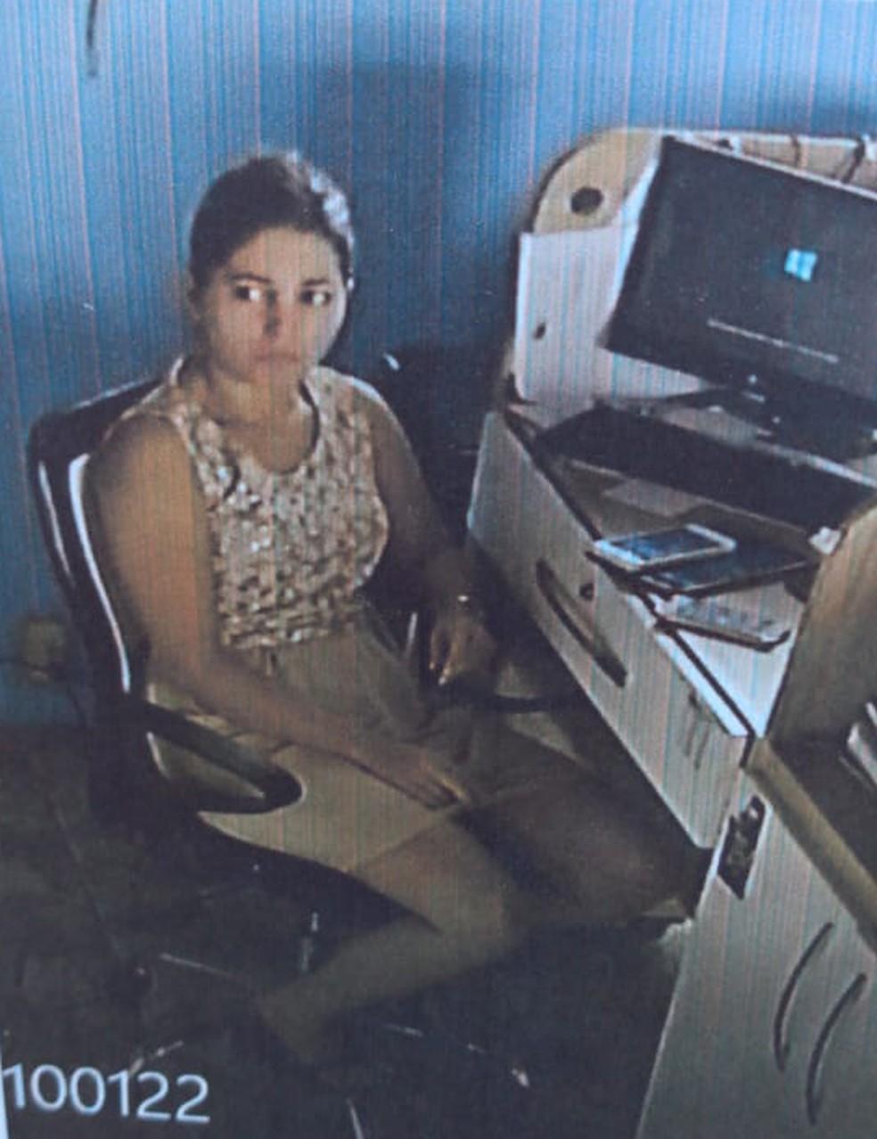 """""""Nas imagens que vimos, ela tava sentada, olhava pro computador, pra um papel nas mãos e chorava bastante. Chorava muito"""", disse o irmão de Naiara. — Foto: Reprodução"""