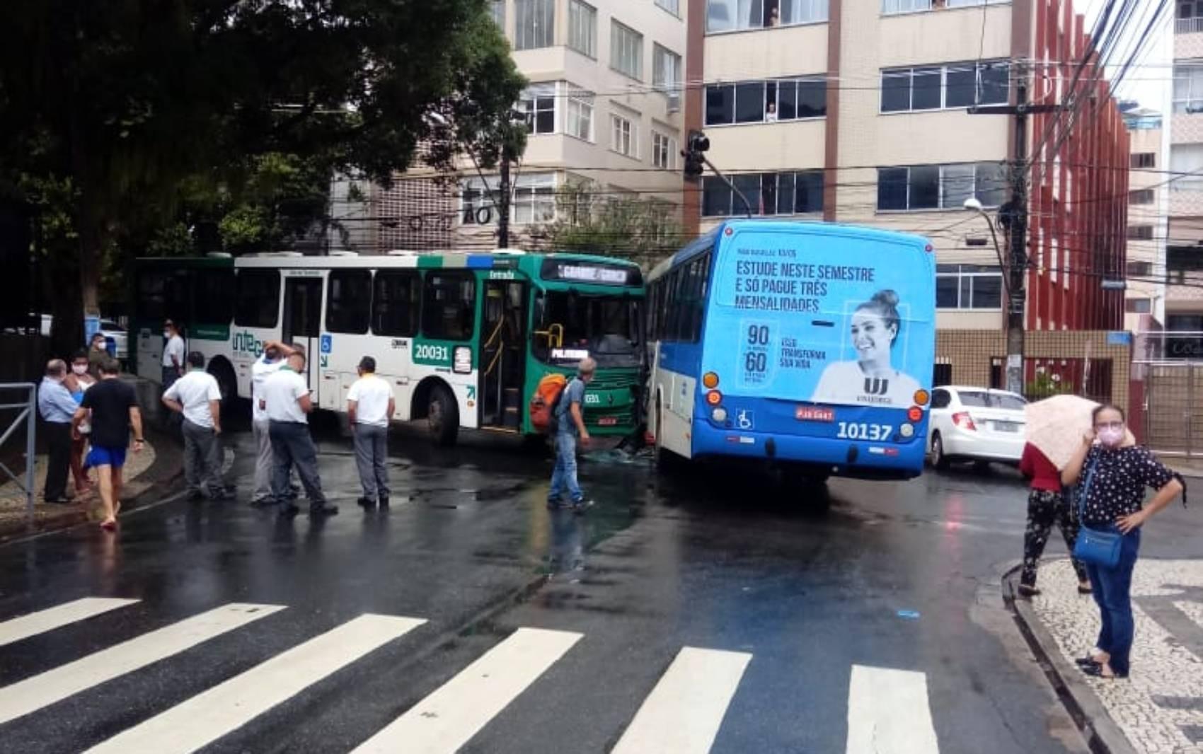 Acidente entre dois ônibus do transporte público na Av. Princesa Isabel deixa trânsito congestionado em Salvador