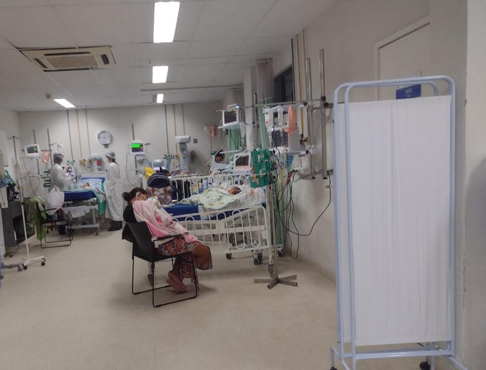 """""""Tinham oito aqui esperando por vaga de UTI. Tudo bebê"""", conta mãe que acompanha bebê no Hospital Barão de Lucena — Foto: WhatsApp/Reprodução"""